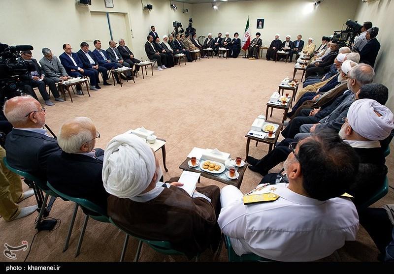احمدینژاد در دیدار اعضای مجمع تشخیص مصلحت نظام با رهبری کنار چه کسی نشست + عکس