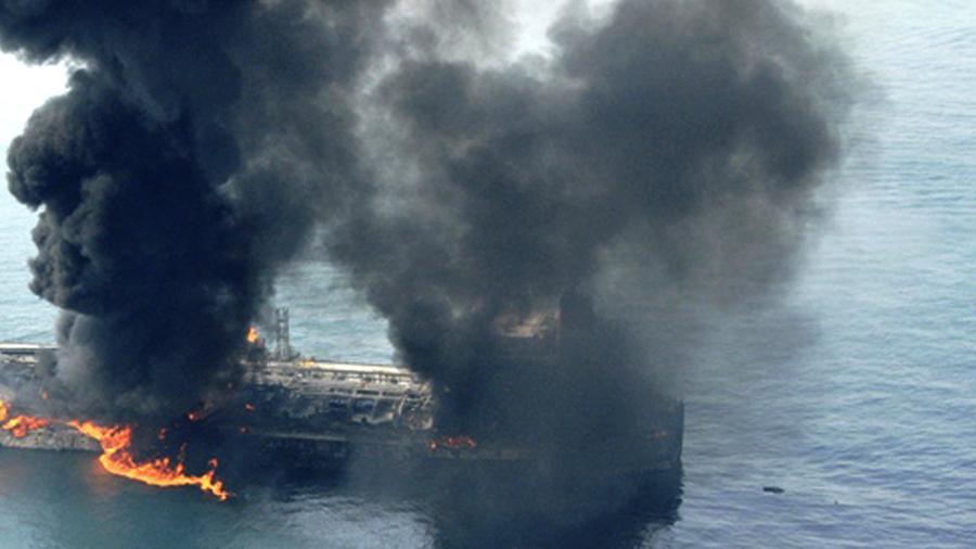 اولین عکس از کشتی غرق شده اماراتی در بندر الفجیره