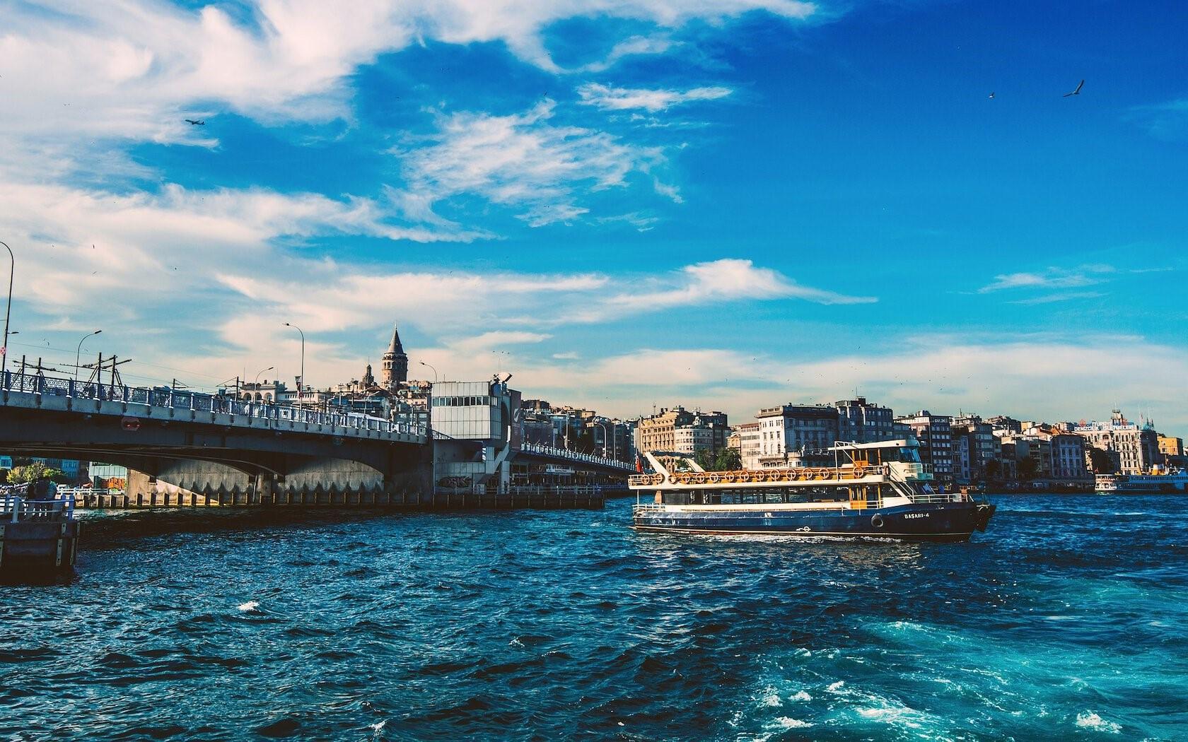 هر اندازه که استانبول را بیشتر کشف کنید، به همان اندازه مسحور زیباییهای شهر و مهماننوازی مردمانش خواهید شد. استانبول مقصدی رویایی است. این شهر زیبا در لبهی اروپا و درست در نقطهای قرار گرفته است که شرق را به غرب متصل میکند.