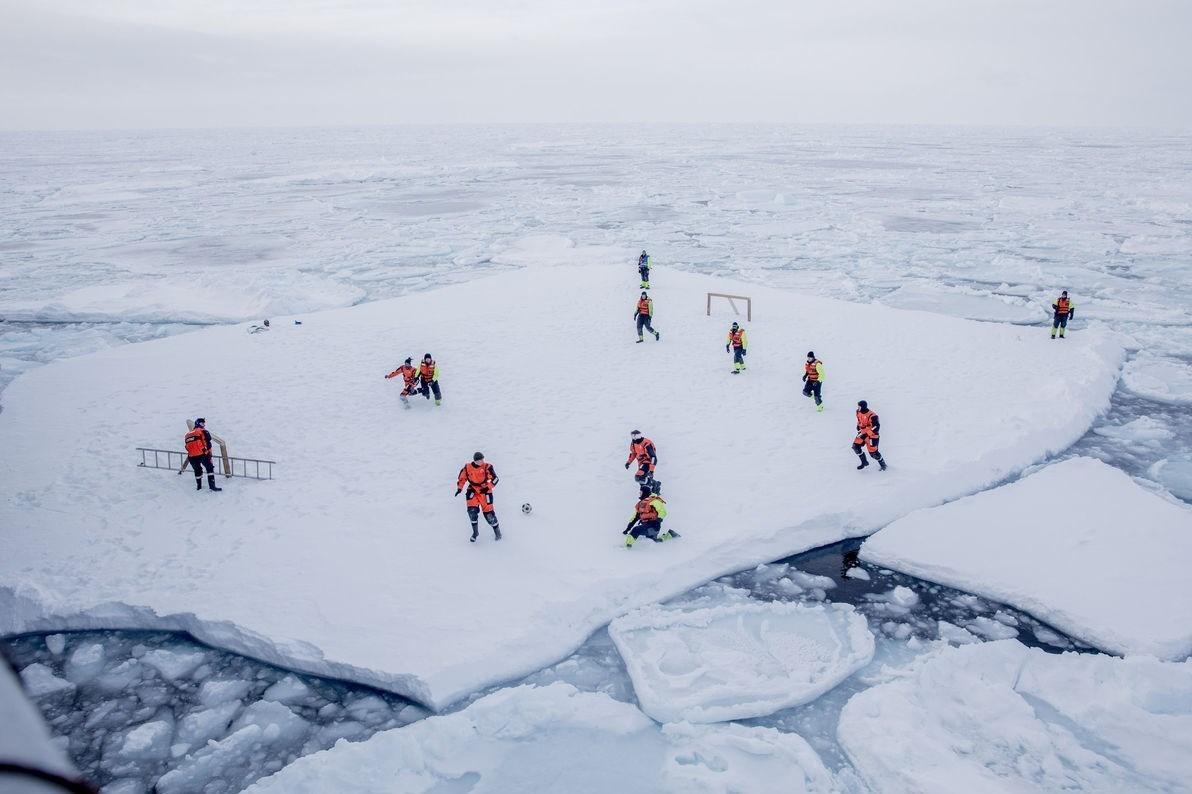 فوتبال بر روی یخ های قطب جنوب