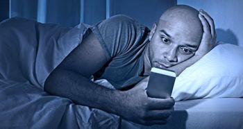 خیره شدن به تلفن همراه در تاریکی منجر به نابینایی میشود!