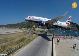 مسافر ی که در هواپیما را هنگام فرود باز کرد!