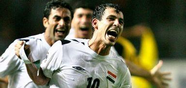 خوشحالی محض؛ «یونس محمود» در خط مقدم شادی تیم ملی عراق پس از به ثمر رساندن گلی که قهرمانی جام ملتهای ۲۰۰۷ آسیا را برای آنان به ارمغان آورد