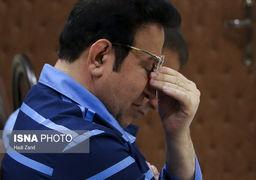 حسین هدایتی با دستبند و ماسک در راهرو دادگاه کیفری تهران +عکس