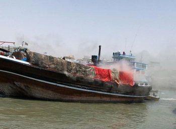 آتش سوزی یک لنج در بندر گناوه /اعزام ۳ ناجی به محل حادثه