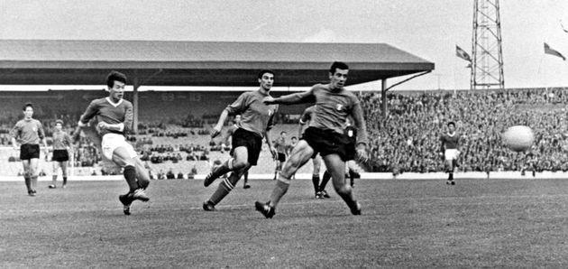 سرآغاز؛ پارک دوو-ایک در حال روانه کردن توپ به سوی دروازه ایتالیا و به ثمر رساندن تک گل بازی در جام جهانی ۱۹۶۶ برای کره شمالی؛ تا به امروز یکی از شگفتیسازیهای بزرگ جام جهانی