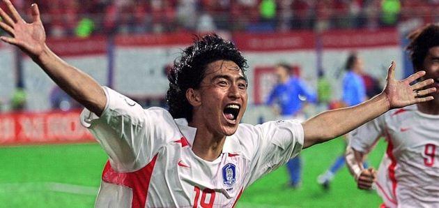 آن یونگ هوآن ستاره اسبق تیم ملی کره جنوبی در حال دور افتخار زدن در زمین پس از به ثمر رساندن گل پیروزیبخش تیمش برابر ایتالیا در یک هشتم جام جهانی ۲۰۰۲