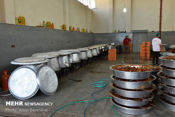 طبخ 14 هزار پرس غذای نذری در شیراز