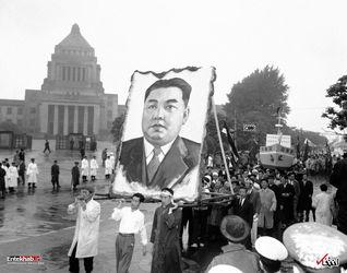 2 می 1959 : تظاهرات در توکیوی ژاپن با تصویری از کیم ایل سونگ نخستین رهبر کره شمالی