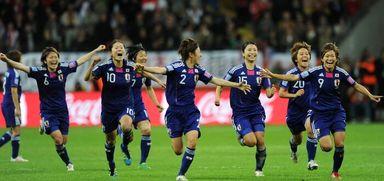 خوشحالی وصف ناپذیر؛ پس از پشت سر گذاشتن یک سال ویرانی کشورشان به دلیل سونامی و زمینلرزه، تیم ملی ژاپن پس از فتح جام جهانی ۲۰۱۱ زنان در پوست خود نمیگنجند