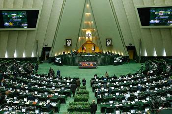 نمایندهای که تصویر بازی کردن او در صحن مجلس منتشر شد: مگر جنایت کرده ام؟ + عکس