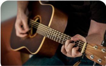 ساخت گیتار با اسلحه کلاشنیکف و جعبه مهمات + عکس
