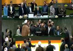 تنش در مجلس هنگام سخنرانی سیف، رئیس کل بانک مرکزی / فیلم