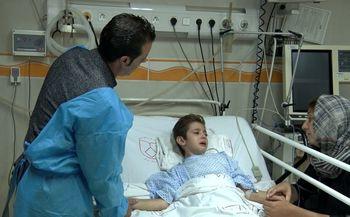پدر کودک حادثه دیده مسابقات صخره نوردی: سطح هوشیاری آرمان افزایش یافته است/ پسرم هنوز قادر به راه رفتن نیست+عکس
