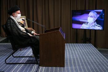عبارت قرآنی معنادار در تابلوی بالای سر رهبر انقلاب +عکس