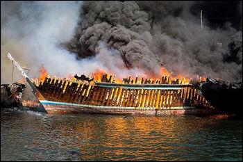 17 لنج در آتش سوخت