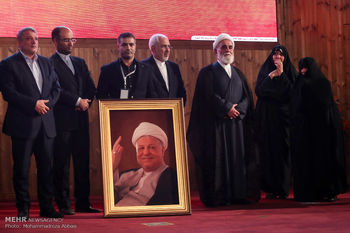 احترام ویژه ناطق نوری به همسر آیت الله هاشمی رفسنجانی + عکس