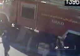 لحظه تصرف و تخریب ماشین آتش نشانی توسط اغتشاشگران در دورود + فیلم