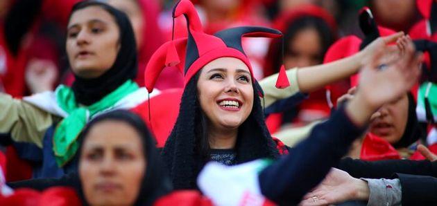لبخندی که گویای همهچیز است؛ هوادار تیم پرسپولیس در انتظار آغاز دیدار تیمش برابر کاشیما آنتلرز ژاپن در دور برگشت فینال لیگ قهرمانان ۲۰۱۸ آسیا