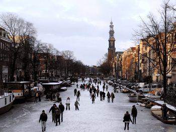 بررسی هزینههای زندگی در هلند؛ بلیط یک روزه وسایل نقلیه عمومی 3 یورو؛ یک پرس غذا15 یورو