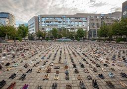 هزاران جفت کفش مقابل مقر اتحادیه اروپا چیده شد