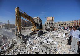 لحظه خارج کردن یکی از قربانیان زلزله کرمانشاه از زیر آوار + عکس