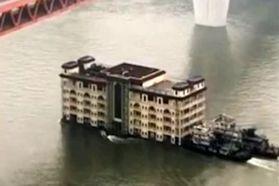 فیلم جابجا کردن یک رستوران معروف پنج طبقه توسط دو قایق