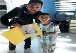 اعجوبه فوتبال جهان در میان کودکان علاقمند به فوتبال+عکس