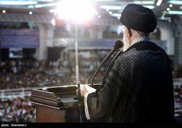 رهبر انقلاب در نماز عید فطر چه سلاحی به دست گرفتند؟ + عکس