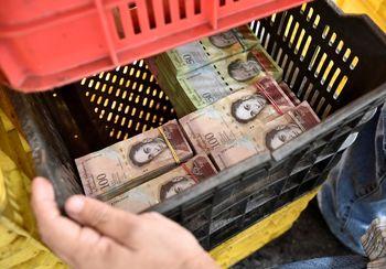 فرمول جادویی ونزوئلا برای فرار از تورم 7رقمی/ خرید یک مرغ با 1400 بسته اسکناس + تصاویر