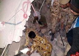 تکاوران ارتش در حال نجات مردم از زیر آوار در اولین ساعات پس از زلزله + عکس