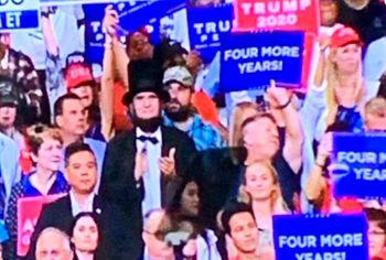 حضور آبراهام لینکلن در میتینگ انتخاباتی ترامپ + تصاویر