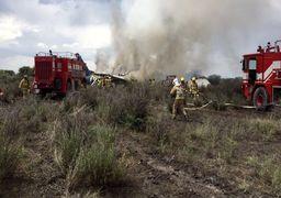 تلاش آتشنشانان برای خاموش کردن هواپیمای سقوط کرده در کرج +فیلم