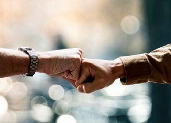 مردانی، عضو ستاد کرونا: دست دادن با مشت و آرنج هم باعث انتقال کرونا میشود