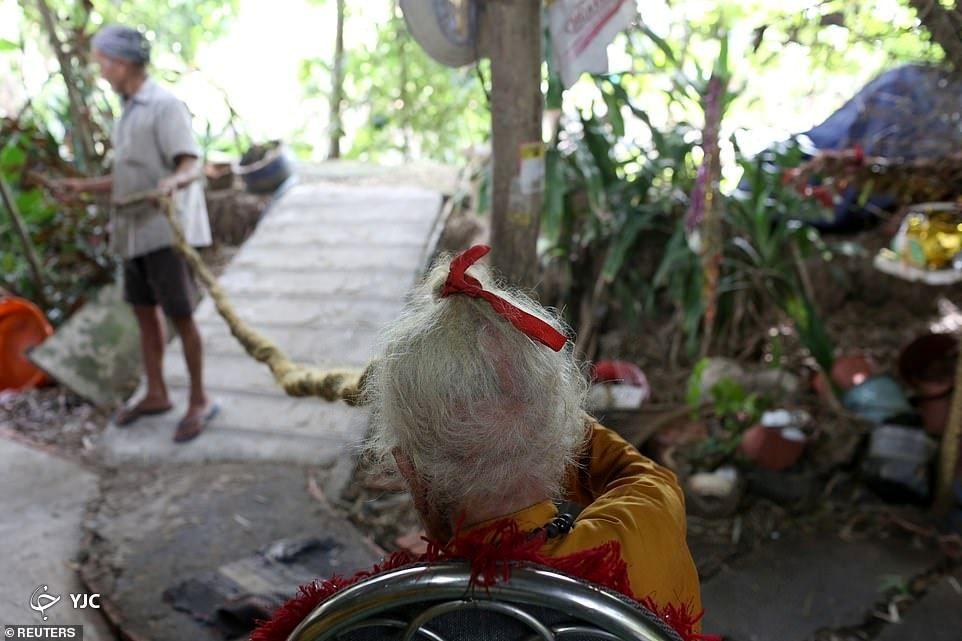 پیرمردی که ۸۰ سال موهایش را کوتاه نکرده است!