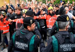 حمله پلیس اسپانیا به مراکز رای گیری همه پرسی استقلال کاتالونیا + عکس