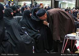 بوسه حجت الاسلام دعایی بر چادر همسر آیت الله هاشمی + عکس